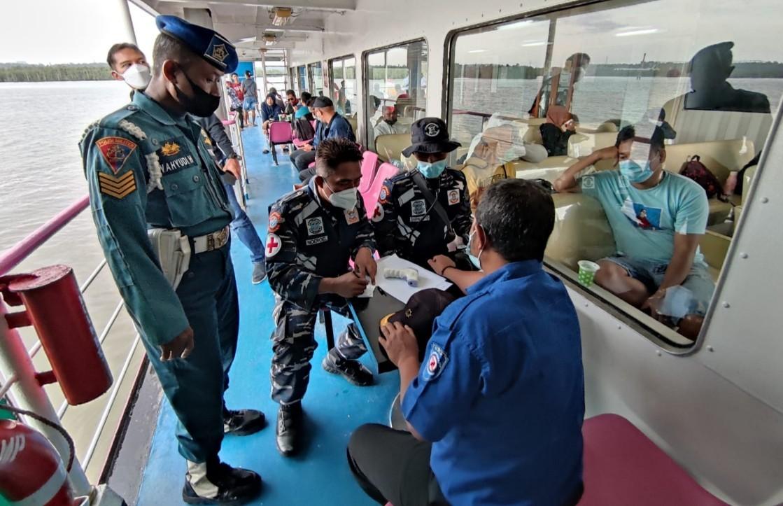 Gelar Vaksinasi Di Atas Kapal, Lanal Balikpapan Sasar Penumpang dan ABK