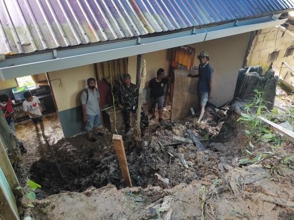 Hujan Deras, Rumah Penjual Tahu Tek Ambruk Ditimpa Longsor