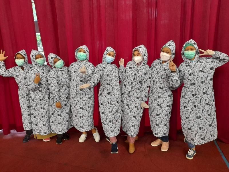Tenaga Vaksinator di Dome Gunakan Gown, Lebih Irit dan Bikin Gemes