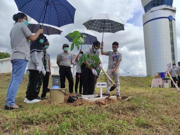 Minimalisir Emisi Gas Karbon di Area Bandara, AirNav Tanam 100 Bibit Pohon