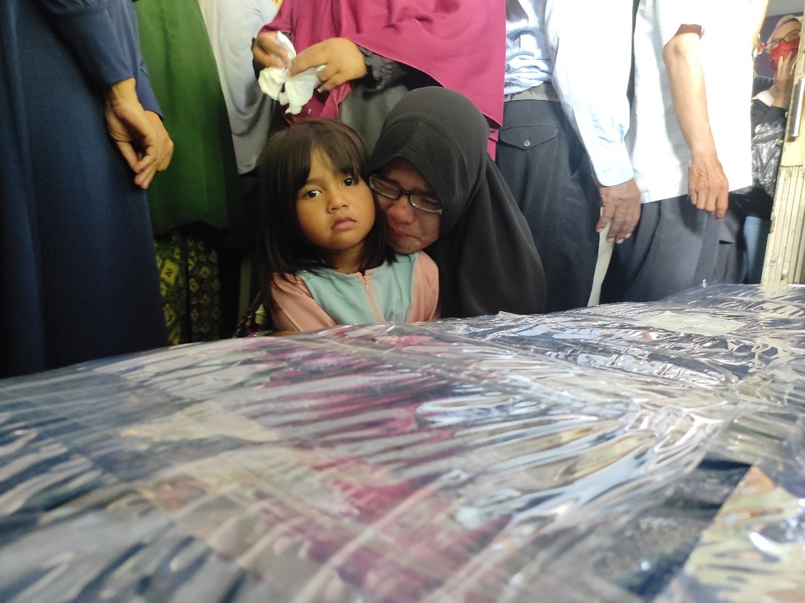 Jenazah Teknisi Rimbun Air Tiba, Tangis Istri dan Anak Almarhum Pecah
