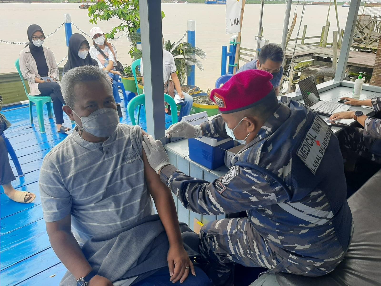 Sambut HUT TNI AL ke-76, Lanal Balikpapan Gelar Serbuan Vaksinasi di Anggana