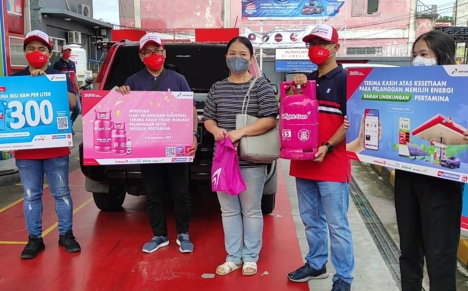 Peringati Hari Pelanggan Nasional, Pertamina Bagikan Bright Gas di SPBU Coco MT Haryono