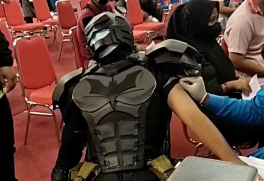 Takut Jarum Suntik, Batman Menangis Saat Divaksin